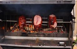 Carnes ahumadas en la parrilla en el mercado de la Navidad Fotos de archivo libres de regalías