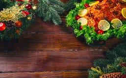 Carnes asadas La tabla de la acción de gracias sirvió con el pavo, adornado con la decoración y las velas brillantes de la Navida Fotografía de archivo libre de regalías