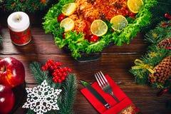 Carnes asadas La tabla de la acción de gracias sirvió con el pavo, adornado con la decoración y las velas brillantes de la Navida Foto de archivo libre de regalías