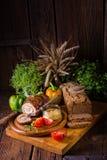 Carnes asadas rodantes fullly con frutos secos y tocino Fotografía de archivo libre de regalías