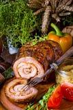 Carnes asadas rodantes fullly con frutos secos y tocino Foto de archivo libre de regalías