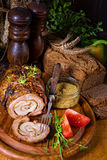 Carnes asadas rodantes fullly con frutos secos y tocino Imágenes de archivo libres de regalías
