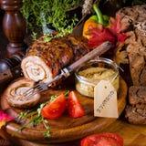Carnes asadas rodantes fullly con frutos secos y tocino Foto de archivo
