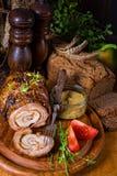 Carnes asadas rodantes fullly con frutos secos y tocino Fotos de archivo libres de regalías