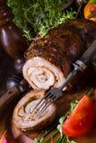 Carnes asadas rodantes fullly con frutos secos y tocino Imagen de archivo