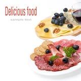 Carnes clasificadas de la tienda de delicatessen, placa del queso y un vidrio de vino Imagen de archivo