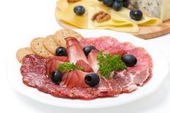 Carnes clasificadas de la tienda de delicatessen y una placa del queso, primer Imagen de archivo libre de regalías