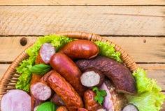 Carnes de salchichas de la carne de la cesta del fondo Fotografía de archivo libre de regalías