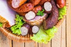 Carnes de salchichas de la carne de la cesta del fondo Imagenes de archivo