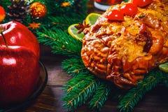 Carnes Roasted A tabela da ação de graças serviu com o peru, decorado com a decoração e velas brilhantes do Natal Jantar do Natal Imagem de Stock