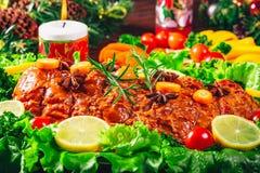 Carnes Roasted A tabela da ação de graças serviu com o peru, decorado com a decoração e velas brilhantes do Natal Jantar do Natal Fotografia de Stock
