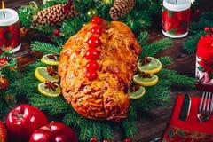 Carnes Roasted A tabela da ação de graças serviu com o peru, decorado com a decoração e velas brilhantes do Natal Jantar do Natal Foto de Stock Royalty Free