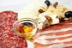 Carnes sortidos e queijo do supermercado fino Fotografia de Stock Royalty Free