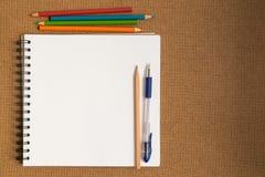 Carnet à dessins ouvert de spirale avec des crayons de couleur Photo stock