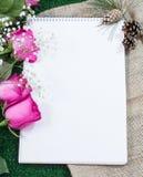 Carnet à dessins pour dessiner sur un fond vert avec les roses et le tissu de vintage Photos stock