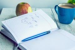 Carnet, Apple et café avec du lait Photo stock