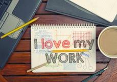 Carnet avec amour de l'intérieur I des textes mon travail sur la table avec du café, n Image stock