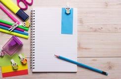Carnet avec des fournitures scolaires Image stock