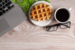 Carnet avec du café chaud avec la gaufrette sur la table en bois Photo libre de droits