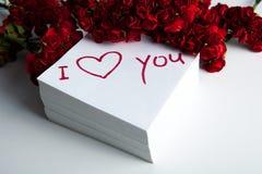 Carnet avec l'inscription de marqueur je t'aime et les roses Images libres de droits