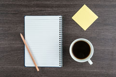 Carnet avec la note adhésive de crayon et tasse de café Photo libre de droits