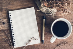 Carnet avec la tasse de café sur la vieille table en bois Photos libres de droits