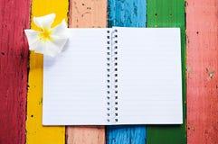 Carnet avec le frangipani Image libre de droits