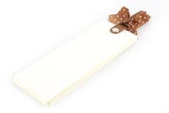Carnet avec le ruban brun sur le fond blanc Photo libre de droits