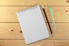 Carnet avec le stylo et le crayon Image libre de droits