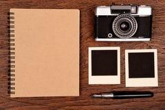 Carnet avec le stylo, les cadres de photo et l'appareil-photo Images stock