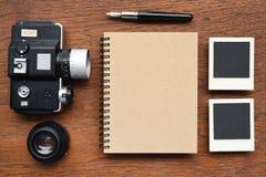 Carnet avec le stylo, les cadres de photo et l'appareil-photo Image stock