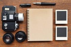 Carnet avec le stylo, les cadres de photo et l'appareil-photo Images libres de droits