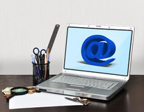 Carnet avec le symbole d'email Photographie stock