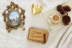 Carnet avec le texte : APPRÉCIEZ VOTRE WEEK-END et tasse de cappuccino au-dessus de tapis confortable et chaud de fourrure Vue su Image libre de droits
