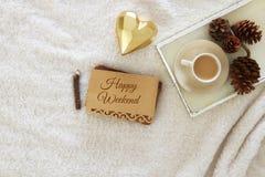 Carnet avec le texte : WEEK-END HEUREUX et tasse de cappuccino au-dessus de tapis confortable et chaud de fourrure Vue supérieure Photo stock