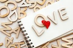 Carnet avec les lettres et le stylo d'amour Images libres de droits