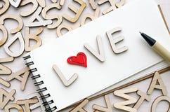 Carnet avec les lettres et le stylo d'amour Images stock