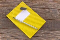 Carnet avec pencile et gomme sur le fond en bois Photos libres de droits