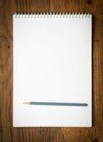 Carnet avec pencile sur un en bois photographie stock libre de droits