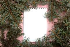 Carnet blanc avec des branches d'arbre de Chistmas autour image libre de droits
