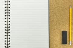 Carnet blanc avec la ligne sur le panneau de liège Image libre de droits