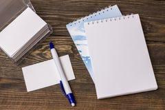 Carnet blanc avec le stylo Photos libres de droits