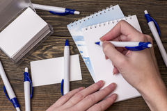 Carnet blanc avec le stylo Image libre de droits