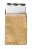 Carnet blanc dans l'enveloppe froissée de papier brun Images libres de droits