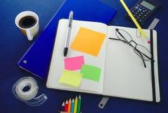 Carnet blanc ouvert et notes collantes photographie stock libre de droits