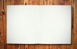 Carnet blanc sur la texture en bois Photos stock
