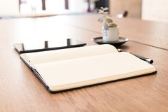 Carnet, comprimé et stylo sur une table en bois Espace de travail pour un jou Images stock