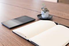 Carnet, comprimé et stylo sur une table en bois Espace de travail pour un jou Images libres de droits
