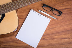 Carnet, crayon et lunettes de guitare Photo stock