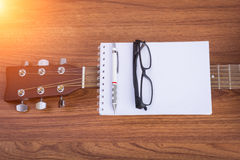 Carnet, crayon et lunettes de guitare Photo libre de droits